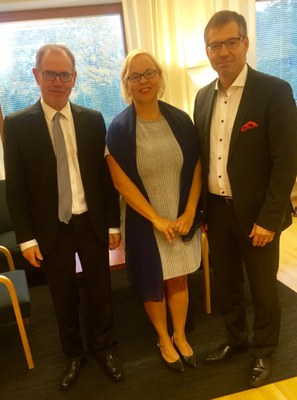 Kuvassa vasemmalta dekaani Pekka Neittaanmäki, johtaja Maarit Palo ja rehtori Keijo Hämäläinen.