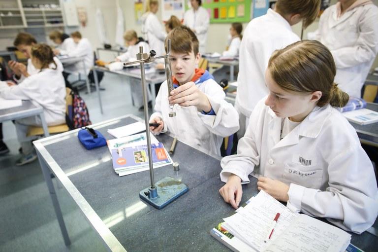 Tutkivan opetuksen tunti meneillään Jyväskylän yliopiston normaalikoulun yläkoulussa. Kuvaaja: Petteri Kivimäki