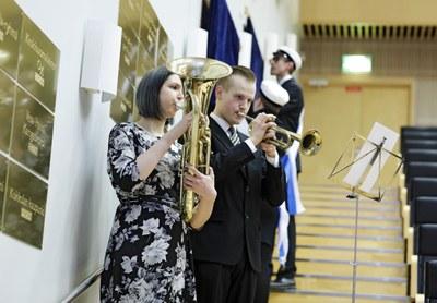 Kunnialaatat paljastettiin 7.3. fanfaarin saattelemana, esiintyjinä Lassi Takanen, trumpetti ja Paula Viitasaari, vaskitorvi. Kuvaaja Petteri Kivimäki.