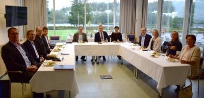 Elinkeinoministeri Mika Lintilä tutustui IT-tiedekunnan koulutukseen ja tutkimustoimintaan