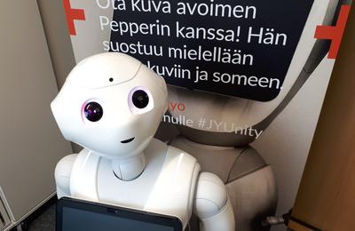 Pepper-robotti ilahduttaa Ruusupuiston arjessa
