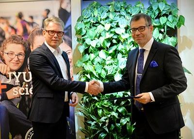 KOAS lahjoitti 20000 euroa Jyväskylän yliopistolle