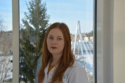 Kemian gradupalkinnon saanut Janika Viitala kehitti materiaalia säästävää vaahtorainausta