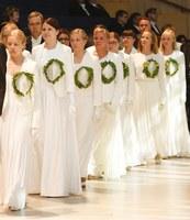valkoinen puku aktissa