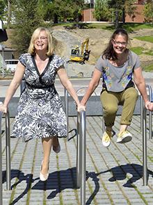 Tiina Silander (vas.) ja Mirja Tarnanen. Kuvaaja Tarja Vänskä-Kauhanen
