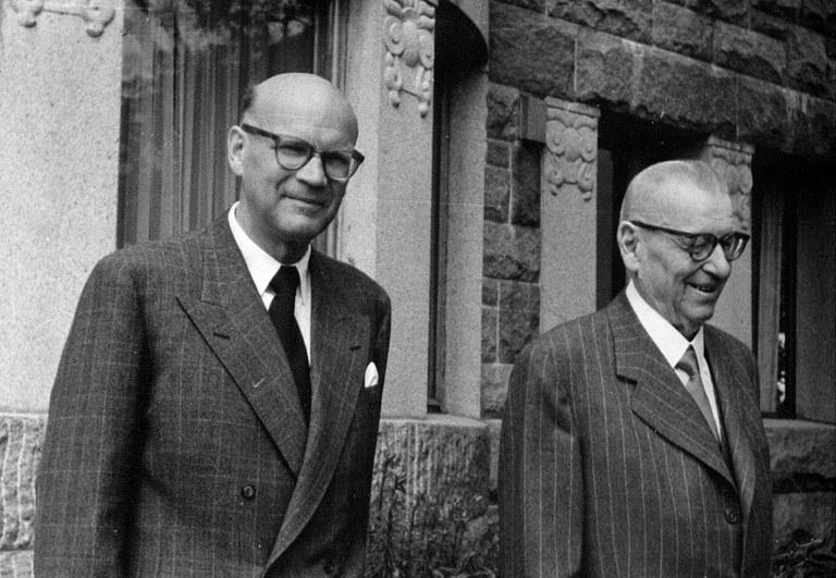 Kokoomus-taustainen tasavallan presidentti J. K. Paasikivi (oik.) piti moninkertaista pääministeriä Urho Kekkosta parhaana seuraajakandidaattinaan, vaikka heidän välinsä eivät 1950-luvun nopeissa sisäpoliittisissa käänteissä suinkaan olleet mutkattomat. Se ei estänyt kaksikkoa poseeraamasta leppoisissa tunnelmissa Kultarannassa kesällä 1955. Kuva: Urho Kekkosen arkisto, Orimattila.
