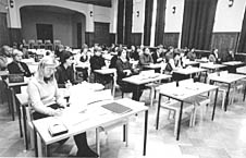 Ihmisiä luentosalissa | People in a lecture room
